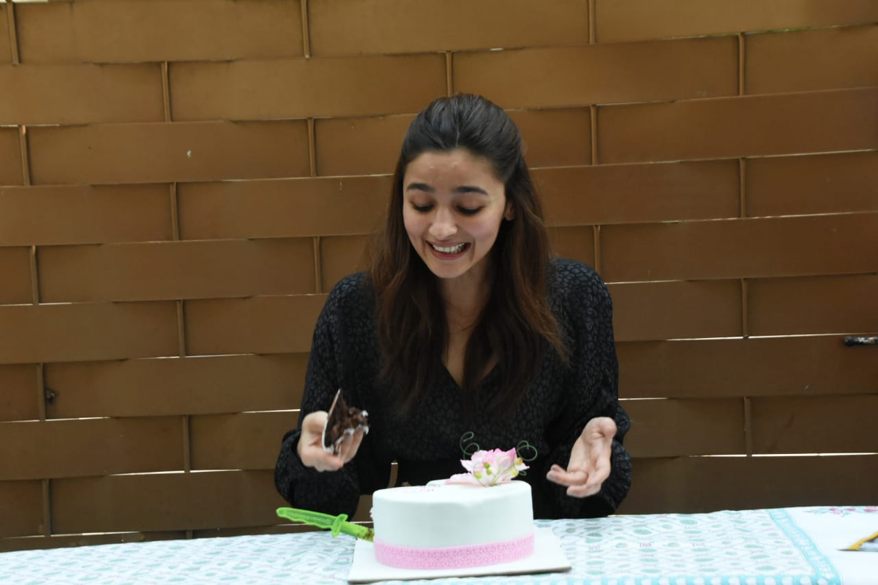 Alia-Bhatt-celebrating-bday-with-media