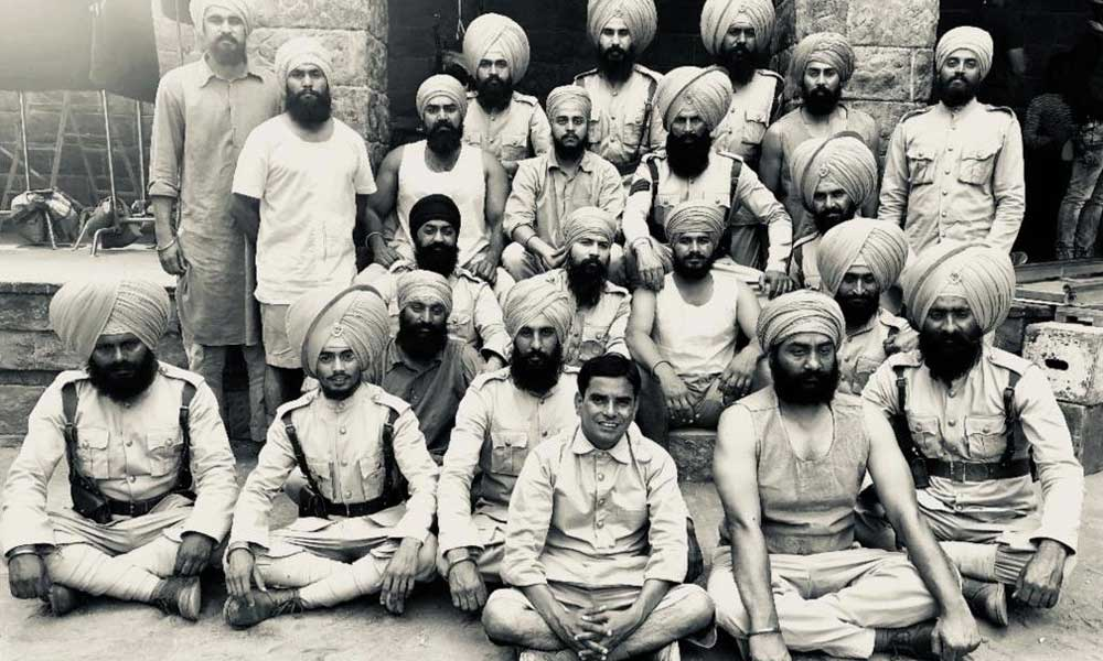 kesari still akshay kumar and army black and white