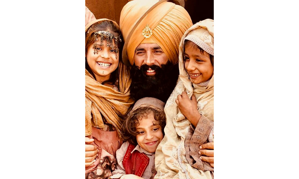 kesari still akshay kumar with afghani kids