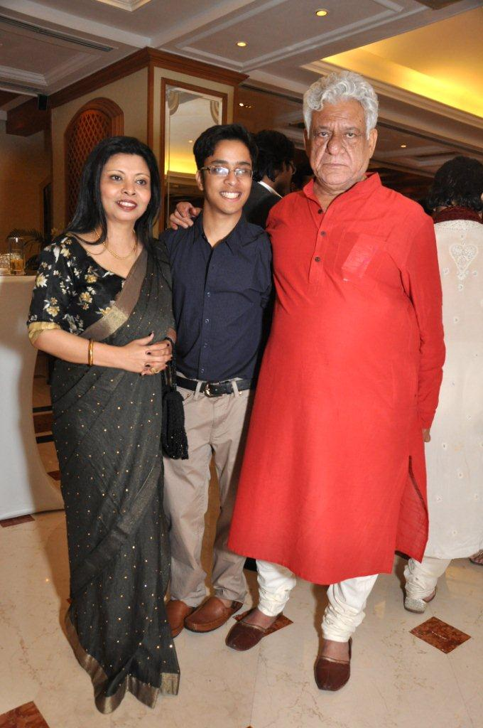 om-puri-with-wife-son